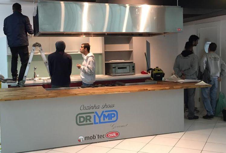 Os colaboradores terminam a montagem da cozinha gourmet que será usada para aulas e oficinas.